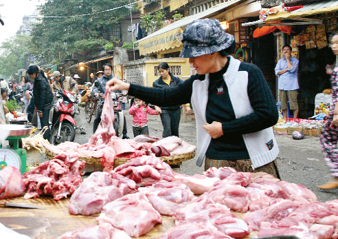 Người tiêu dùng nên mua thịt lợn ở những cửa hàng uy tín, phải có đóng dấu chứng nhận an toàn thực phẩm. Ảnh: Chí Cường