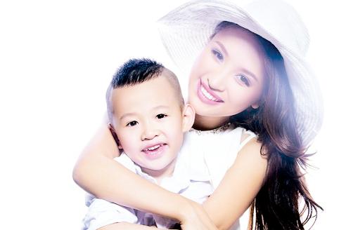 MC Thanh Vân và con trai. Ảnh: T.L