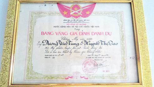 Bảng Vàng Gia đình danh dự được cố Phó Chủ tịch HĐBT Tố Hữu ký tặng gia đình anh Tuấn. Ảnh: T.G