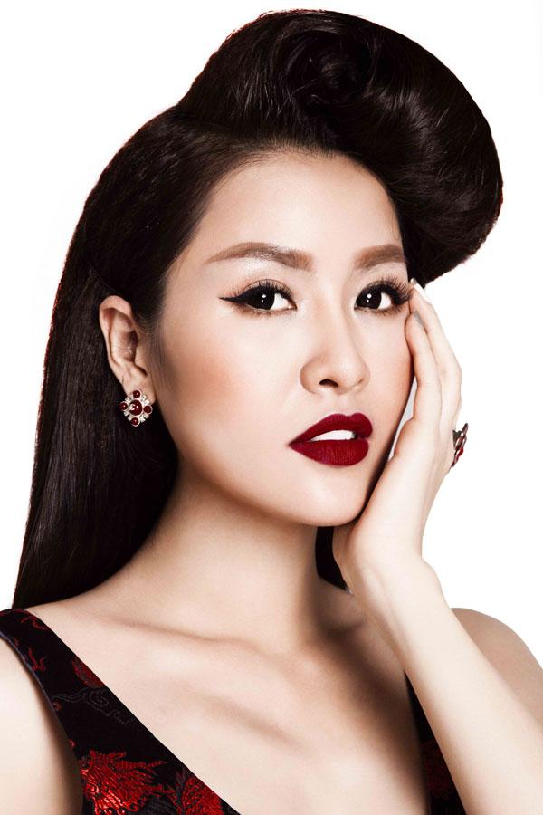 Chuyện chăm sóc da cũng được người đẹp lưu ý, bởi theo cô chỉ khi xinh đẹp, phụ nữ mới tự tin.