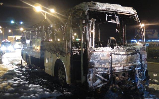 Vụ hỏa hoạn khiến chiếc xe khách gần như bị thiêu rụi. Ảnh Nhật Tân