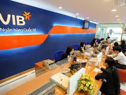 Khách hàng giao dịch tại một chi nhánh VIB.