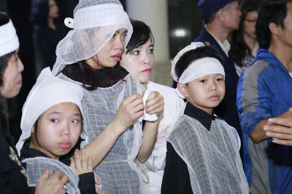 Chị Mai Hoa đã không nén được những đau đớn và yếu đuối.