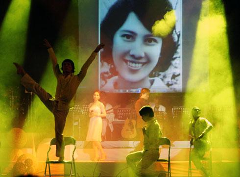 Hình ảnh người vợ quá cố của nhạc sĩ Thanh Tùng xuất hiện trên sân khấu