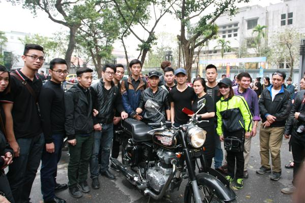 Các fan hâm mộ tranh thủ lưu lại hình ảnh cùng với chiếc xe của Trần Lập.
