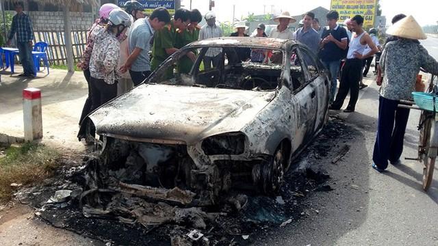 Người dân hiếu kỳ theo dõi vụ việc. Ảnh: Nguyễn Dương.