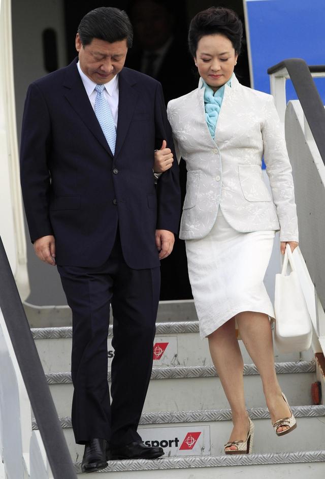 Mỗi khi bước xuống từ máy bay xuống, ông Tập Cận Bình và đệ nhất phu nhân Bành Lệ Viện thường xuất hiện với hình ảnh đầy tình cảm. Ảnh: Portugues