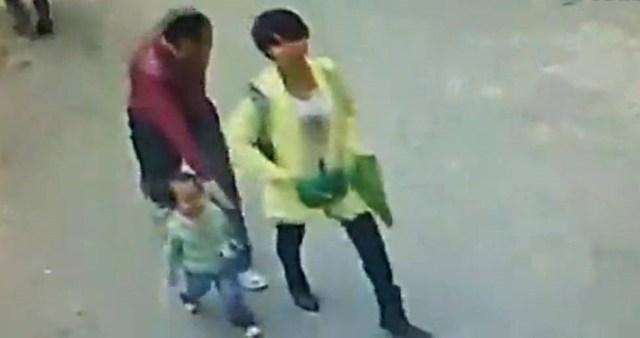 Chinadaily vừa cảnh báo về một chiêu bắt cóc trẻ con mới ở Trung Quốc sau khi những hình ảnh này được lan truyền. Tại Tây An, Thiểm Tây, một người phụ nữ đi trước, theo sau là đứa trẻ trên đường đến trường. Khi quay lại, người phụ nữ phát hiện một người đàn ông chuẩn bị bế đứa trẻ chạy đi. Nguồn: chinadaily