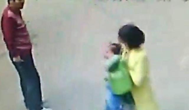 Cuối cùng, người mẹ đã kéo được em bé về phía mình. Cảnh sát Trung Quốc đã vào cuộc sau khi được thông báo về vụ việc này. Nguồn: chinadaily