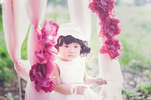 Sunny tên thật Nguyễn Tuệ Minh là con gái út của Lý Hải - Minh Hà. Mới đây, nam ca sĩ Trọn đời bên em tổ chức tiệc thôi nôi ấm cúng cho cô bé với sự tham dự của 200 khách mời.
