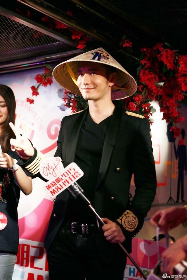 Mới đây, Huỳnh Hiểu Minh tổ chức tiệc sinh nhật tại Bắc Kinh (Trung Quốc). Nhận được món quà là chiếc nón lá Việt Nam, anh vui vẻ đội thử và tạo dáng trước ống kính. Chiếc nón in hình Angelababy và Huỳnh Hiểu Minh.