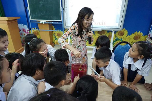 Một tiết dạy tiếng Việt thú vị của cô Nguyễn Thanh Nhàn với học sinh lớp 2/4 Trường tiểu học Võ Trường Toản, Q.10, TP.HCM - Ảnh: Mỹ Dung