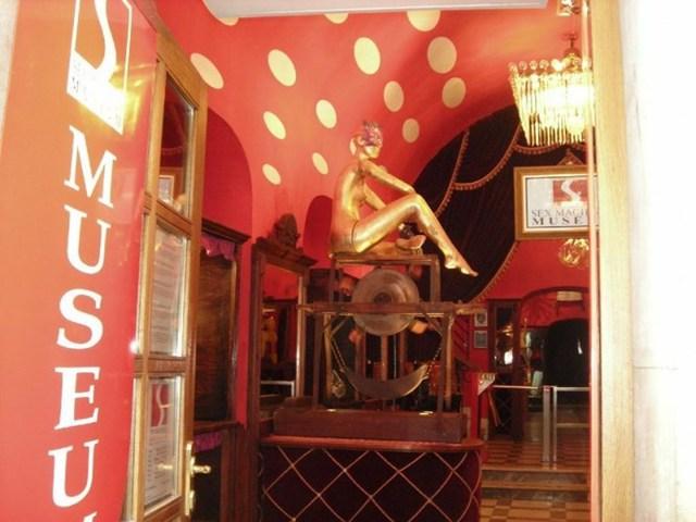 Bảo tàng dụng cụ tình dục Praha ở Séc là nơi duy nhất trên thế giới trưng bày khoảng 200 loại dụng cụ tình dục khác nhau. Một số hiện mật có niên đại từ thế kỷ 16. Đây là một nhữngbảo tàng sexnổi tiếng thế giới thu hút lượng lớn khách ghé thăm mỗi năm.