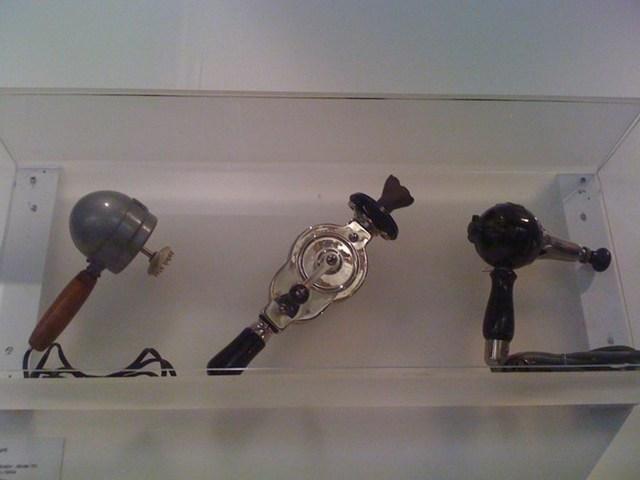 Bảo tàng dụng cụ rung bộ phận tình dục (Antique Vibrator Museum) nằm ở San Francisco là nơi trưng bày loại đồ chơi tình dục bị cấm bán ở một số nơi như Alabama và Missisippi (Mỹ). Các hiện vật tạibảo tàng sexnày có niên đại từ những năm 1800 - 1970.