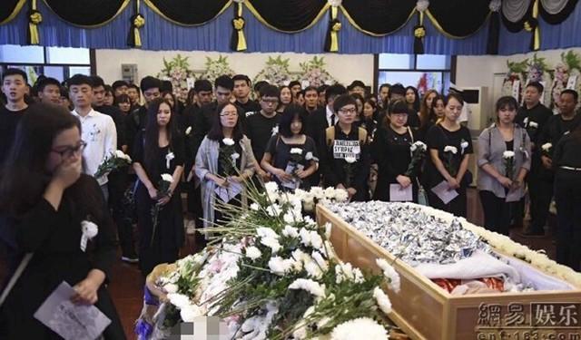 Ngày 6/9 tại nhà tang lễ nằm ở ngoại ô Bắc Kinh (Trung Quốc), nhiều người có mặt đưa tiễn nữ diễn viên trẻ Châu Vân Lữ về nơi an nghỉ cuối cùng.