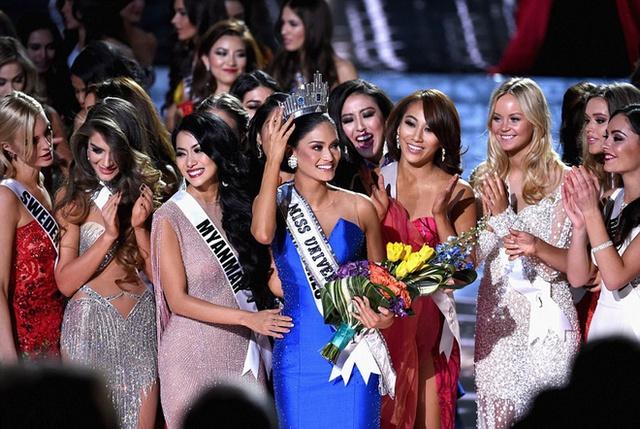 Hoa hậu Philippines đăng quang trong cảm xúc hỗn độn và nhận lời chúc mừng từ các thí sinh khác.