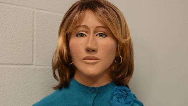 Cảnh sát đã tìm thấy thi thể mục nát của một thiếu nữ đã chết trong một khu vực hẻo lánh vào năm 1973. Bức hình phục dựng lại khuôn mặt của cô gái