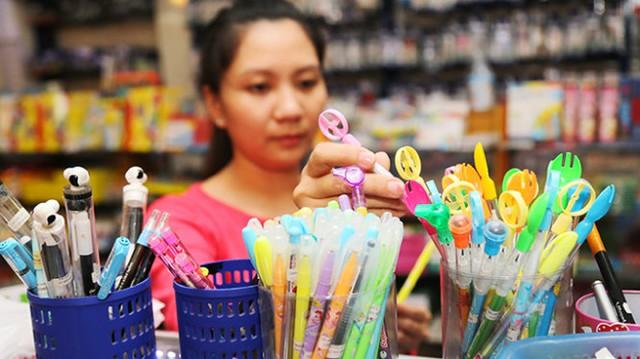 Nhiều loại bút chì thơm được bày bán tại một nhà sách ở Q.1, TP.HCM - Ảnh: N.Hùng