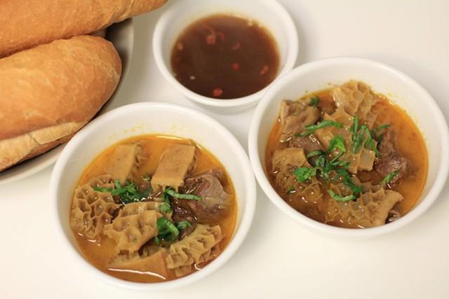 Phá lấu là món ăn ngon, rẻ của nhiều thế hệ học sinh, sinh viên ở Sài Gòn. Chưa ăn phá lấu là chưa thưởng thức trọn vẹn nét tinh túy của ẩm thực đường phố nơi đây.