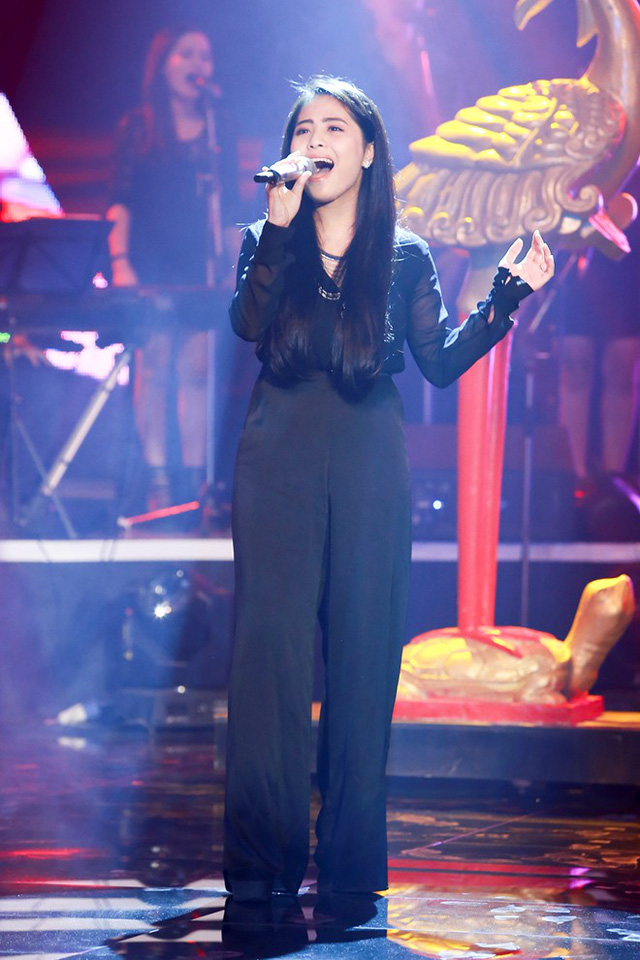 Ca nương Kiều Anh trình diễn ca khúc Độc ẩm trên sân khấu Bài hát yêu thích tháng 10/2015.