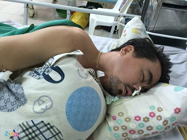 Nguyễn Hoàng nằm mê man trên giường bệnh. Ảnh: Nguyễn Bá Ngọc.