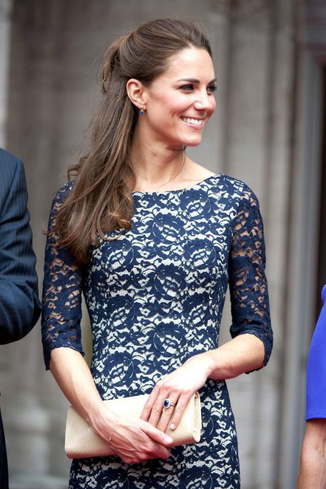 Có thể nói rằng, phong cách của công nương Kate đơn giản, thanh lịch và trang nhã nhưng đủ tạo dựng những dấu ấn sâu đậm trong lòng công chúng. Dù là sang trọng quý phái trong phong cách Hoàng gia, hay thoải mái nhẹ nhàng với những trang phục đời thường thì ở công nương Kate vẫn luôn toát lên một phong thái rất đặc biệt.