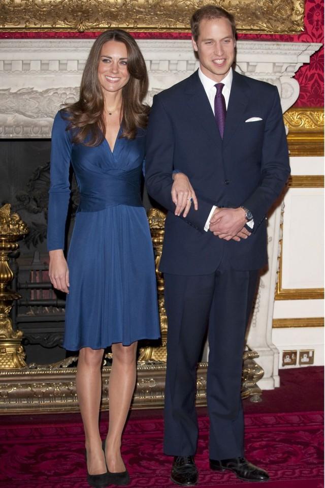 Chiếc váy lụa màu xanh cao cấp của hãng thời trang Issa London kết hợp ăn ý với chiếc nhẫn quý giá trên tay công nương khi thông báo tin đính hôn với Hoàng tử William vào ngày 16 tháng 11 năm 2010.
