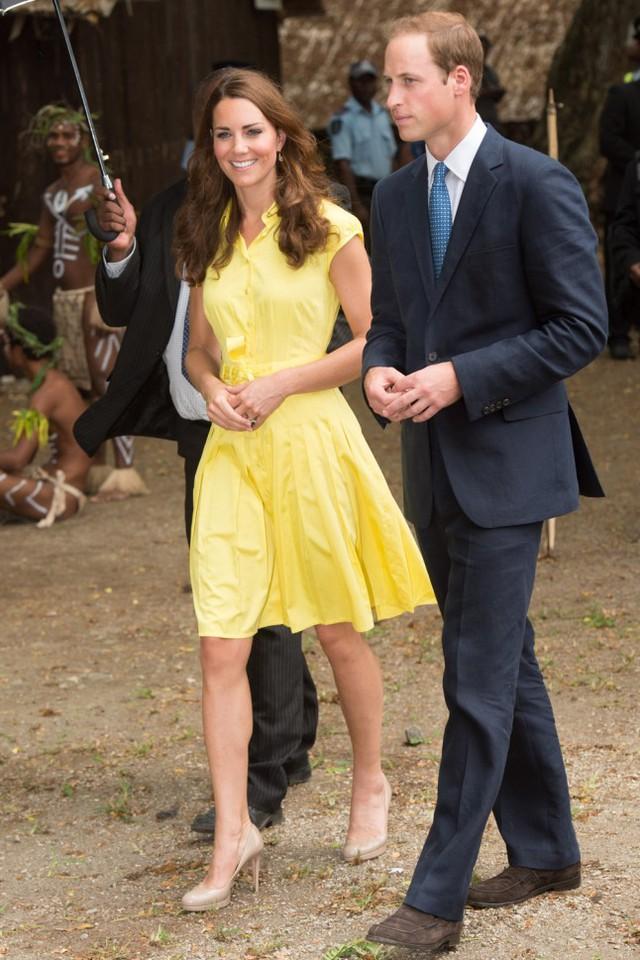 Công nương Anh trông vô cùng trẻ trung trong chiếc váy màu vàng rực rỡ khi bên cạnh chồng.