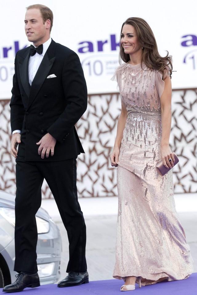 Trông nữ công nương quyến rũ và nổi bật như một ngôi sao của làng giải trí thế giới, bên cạnh hoàng tử William lịch lãm.