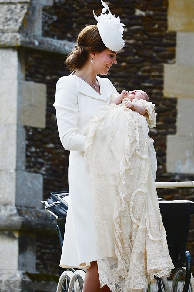 Bộ trang phục mà công nương Kate Middleton mặc trong lễ rửa tội của tiểu công chúa Charlotte đã gây được sự chú ý đặc biệt của dư luận. Chiếc áo khoác màu kem mà hãng thời trang danh tiếng Alexander McQueen từng sản xuất, cùng chiếc mũ tròn vành và giày cũng màu kem tôn nên nét đẹp quý phái của cô.