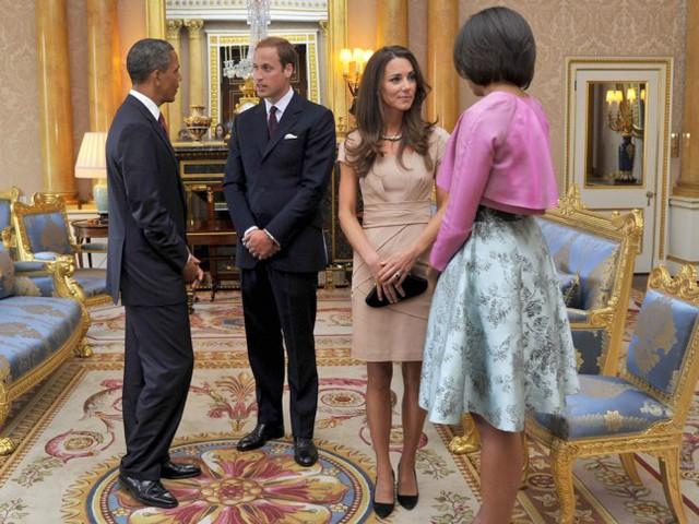 Vợ chồng hoàng tử William trong cuộc gặp với tổng thống Obama và đệ nhất phu nhân Michelle năm 2011. Chiếc váy mà nữ công nương mặc đã tác động ngay lập tức đến doanh số bán hàng của hãng thời trang sản xuất ra nó.