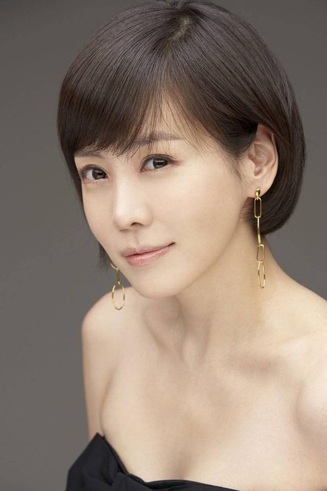 Nữ diễn viên Chuyện tình Paris kết hôn ở tuổi 40. Theo Chosun, Kim Jung Eun và chồng bằng tuổi. Cả hai đã hẹn hò được 3 năm. Chồng cô là một người di cư tới Mỹ và làm việc cho một công ty tài chính. Chuyện tình của Kim Jung Eun mới được hé lộ hồi tháng 6.  Họ rất hợp nhau, luôn quan tâm và tôn trọng lẫn nhau. Hơn ai hết, chồng Kim Jung Eun ủng hộ sự nghiệp của cô ấy - nguồn tin chia sẻ.  Sinh năm 1976, Kim Jung Eun là gương mặt được yêu thích của màn ảnh Hàn. Cô có một số bộ phim nổi bật như Chuyện tình Paris, Công chúa Lulu, On Air, I am legend, Ohlala couple...  Theo Zing