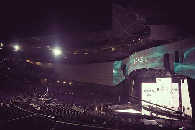 Toàn cảnh sân khấu đêm bán kết trước giờ diễn ra bán kết chính thức.