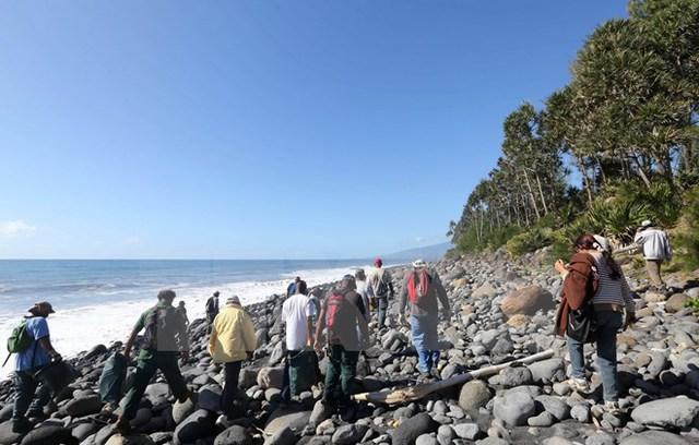 Các nhân viên bảo vệ môi trường và bờ biển tiếp tục tìm kiếm mảnh vỡ máy bay MH370 trên đảo Reunion ngày 10/8.