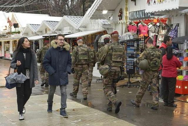 Lính Pháp tuần tra trên đại lộ Champs-Elysees vào ngày chợ Giáng sinh Paris mở cửa trở lại vào hôm 19/11. Ảnh: AFP