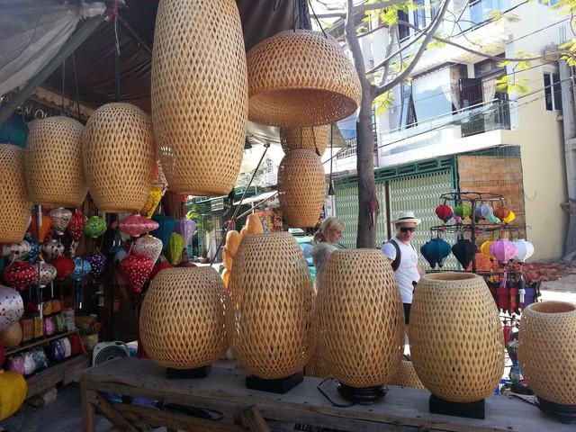 Hội An có rất nhiều cửa hàng bày bán đèn lồng làm kỷ niệm...