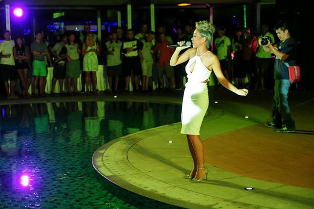 Thảo Trang xuất hiện trong chiếc đầm trắng cut-out gợi cảm. Cô trình bày hai ca khúc Fancy và Bang Bang.
