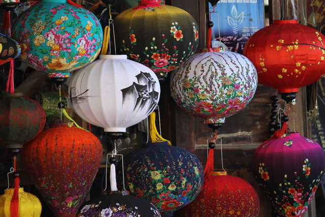 Đèn lồng Hội An đầy đủ sắc màu, ngày càng được xuất hiện như vật dụng trang trí nội thất trong các khách sạn, nhà hàng, quán café…