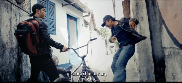 """Cảnh hành động tuy ngắn nhưng khá đặc sắc khi Ưng Hoàng Phúc sử dụng cả chân tay lẫn… chiếc xe đạp làm vũ khí. Lời thoại hài hước nhưng không kém phần """"chợ búa"""" cũng là điểm nhấn thu hút trong teaser trailer."""