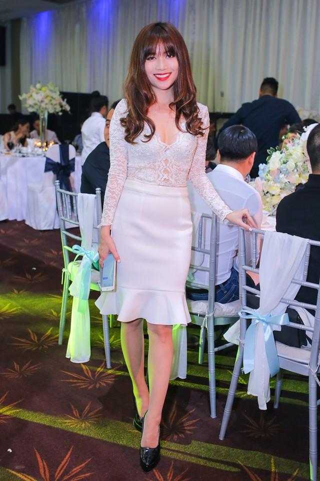 Bạn thân của cô dâu - Sĩ Thanh - mặc đầm trắng tiệp màu cùng gam chủ đạo của hôn lễ đến chúc mừng đôi tân lang, tân nương.