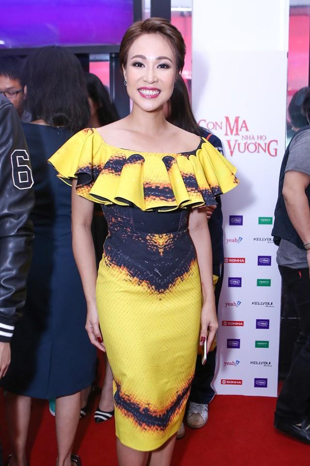 Uyên Linh diện bộ váy vàng hở vai.
