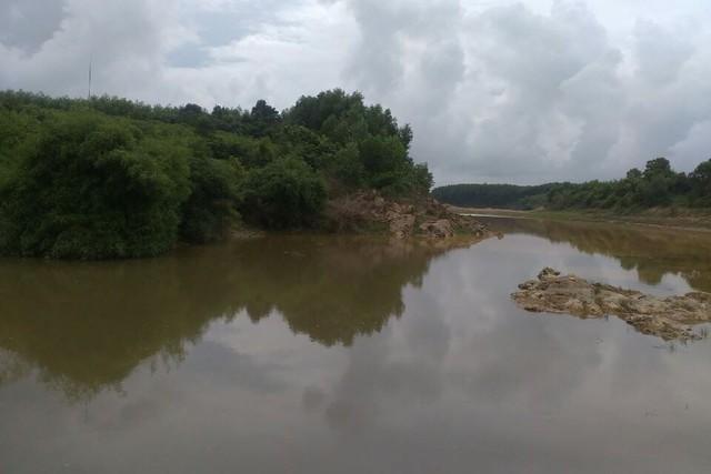 Khúc sông nơi phát hiện thi thể vợ chồng ông Nghĩa.