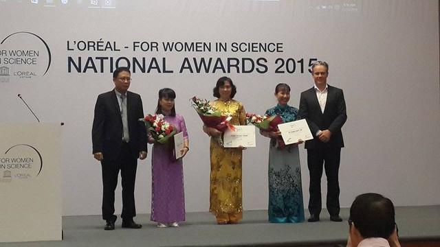 GS.TS Châu Văn Minh (bìa trái) và ông Brendon Urlich, Tổng Giám đốc L'OrealViệt Nam trao giải thưởng cho 3 nhà khoa học nữ đoạt giải năm nay.