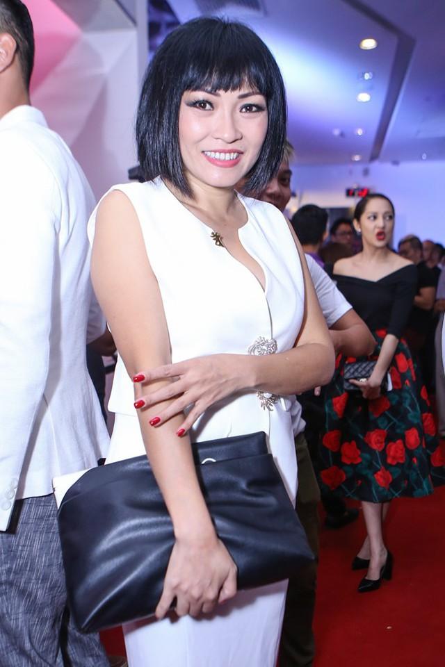 Phương Thanh đơn giản với bộ đầm trắng.