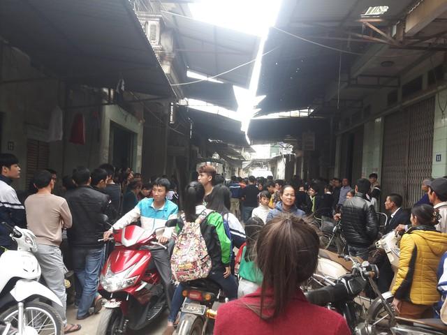 Khá đông người dân đến xem khám nghiệm tử thi.