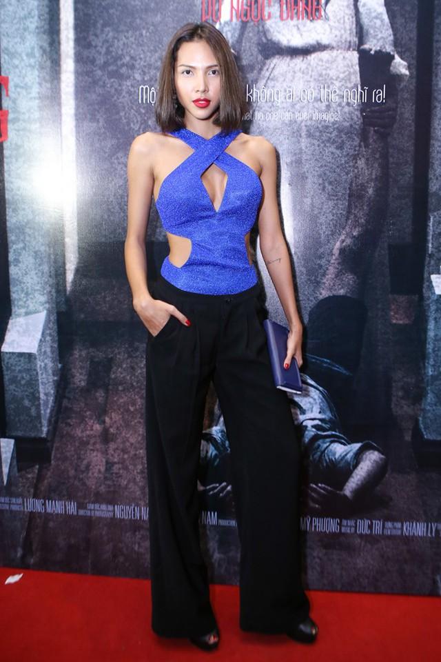 Trong khi đó, người mẫu Minh Triệu táo bạo với trang phục khoét vùng ngực.