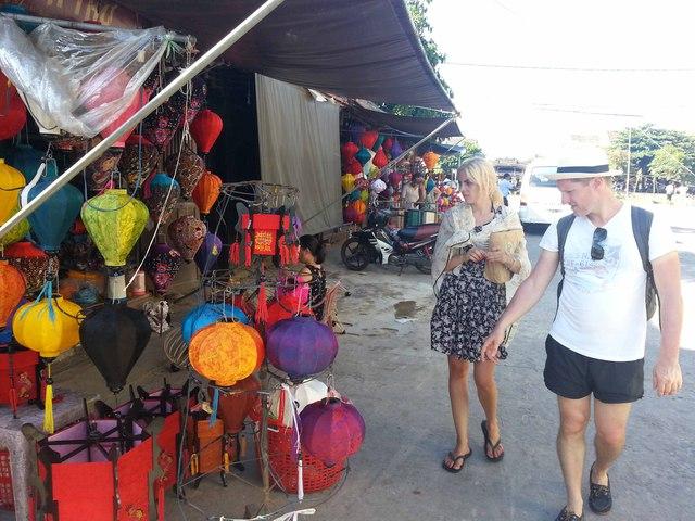 Du khách nước ngoài rất thích thú với đèn lồng Hội An...