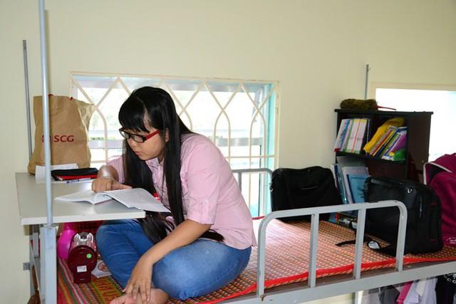 Thị lực ngày càng yếu nhưng Minh Thư vẫn không từ bỏ giấc mơ học tập.