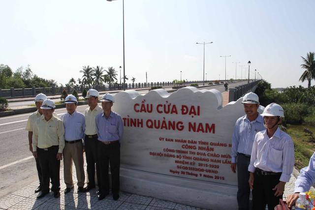 Đại diện nhà thầu, đơn vị thi công...chụp ảnh lưu niệm trong ngày gắn biển công trình cầu Cửa Đại.