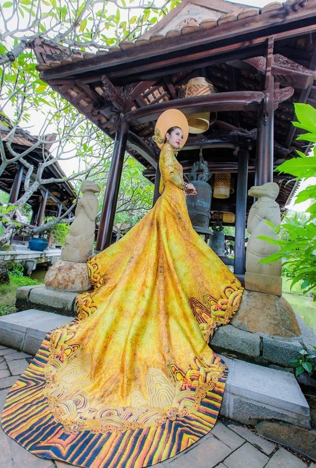 Trang phục này được nhà thiết kế (NTK) Huỳnh Hải Long và Đặng Thế Huy thực hiện cách đây 3 tháng lấy màu vàng đồng làm chủ đạo, được thêu tay kỹ lưỡng và sử dụng gần 1000 tép chỉ Koma Japan để thực hiện. Ảnh: Doãn Quang